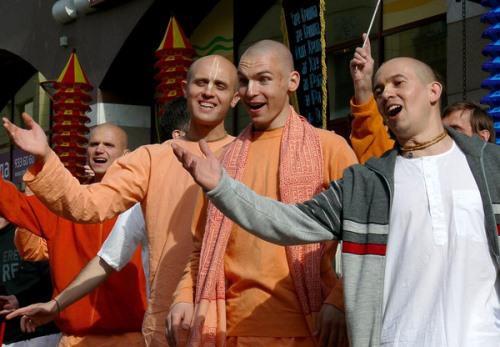 молодые люди становится кришнаитами, чтобы пощупать неведанное своими руками